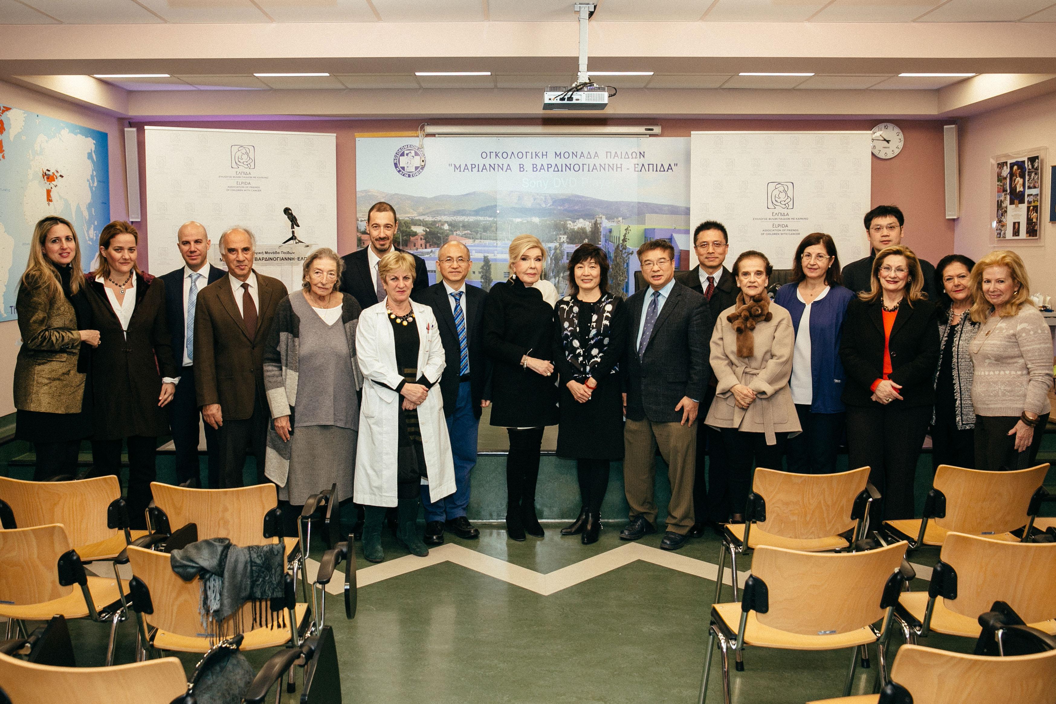 """Μέλη των ΔΣ των Συλλόγων """"ΕΛΠΙΔΑ"""" και """"ΟΡΑΜΑ ΕΛΠΙΔΑΣ"""" και μέλη του ιατρικού και νοσηλευτικού προσωπικού της Ογκολογικής Μονάδας με την αντιπροσωπεία της Ακαδημίας της Κίνας"""
