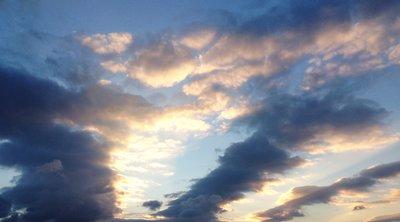 Ηλιοφάνεια με λίγες νεφώσεις και πιθανότητα τοπικών βροχών