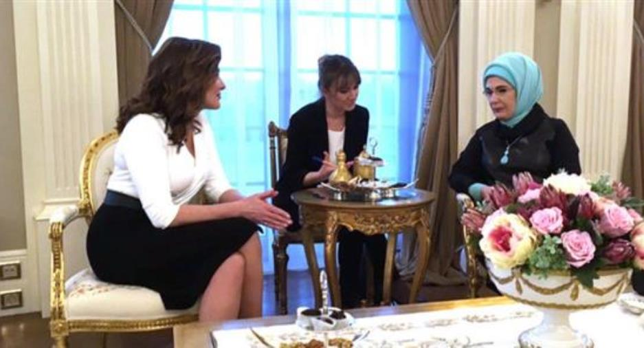 Τσάι και… κουβέντα για την Μπέτυ Μπαζιάνα και την Εμινέ Ερντογάν