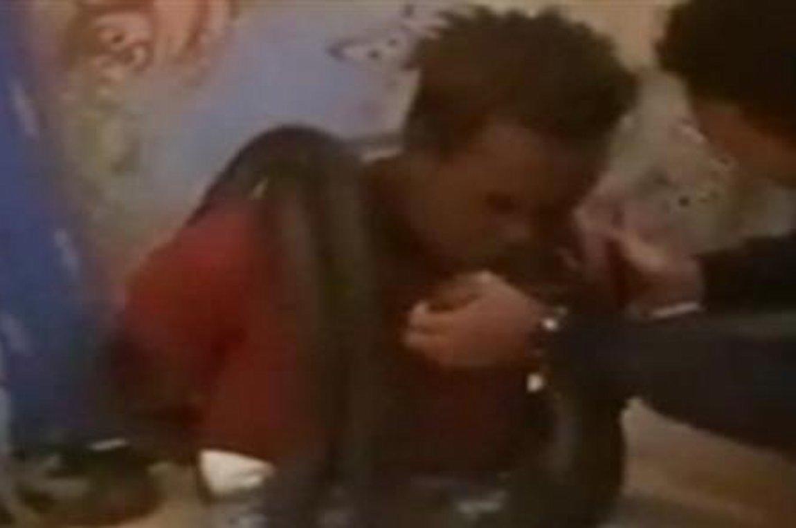 Βίντεο σοκ: αστυνομικοί ανακρίνουν ύποπτο τυλίγοντας φίδι γύρω από τον λαιμό του