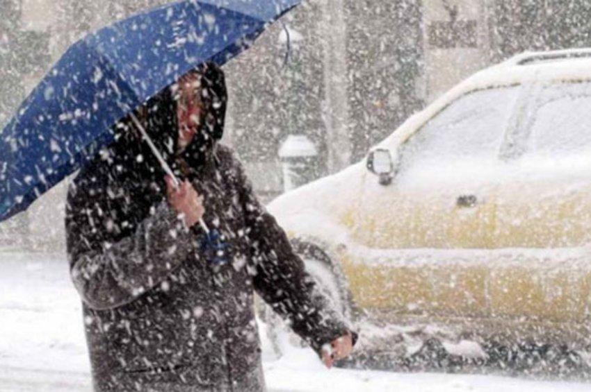 Η κακοκαιρία «Χιόνη» ντύνει στα λευκά και την Αττική, με «πολικούς» ανέμους 10 μποφόρ