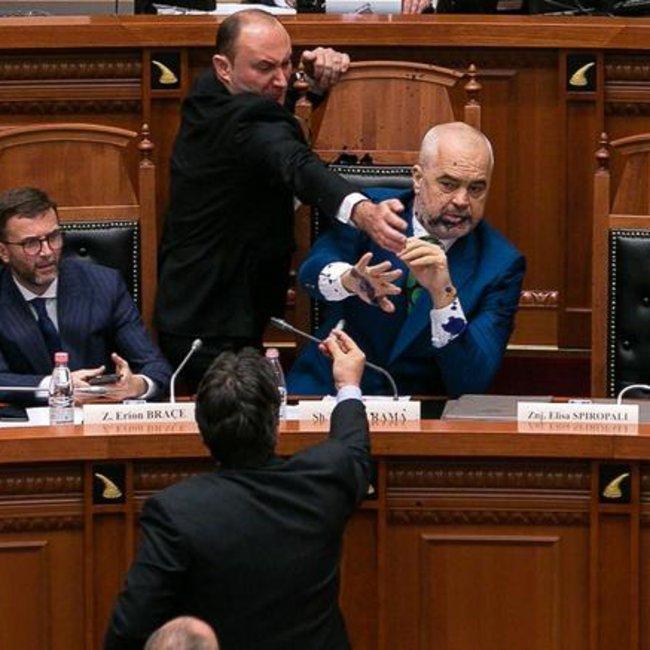 Απίστευτες σκηνές στην Αλβανική Βουλή: Επιτέθηκαν με μπογιά στον πρωθυπουργό Εντι Ράμα