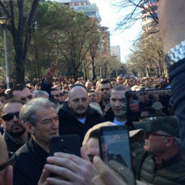 Χάος στην Αλβανία: Διαδηλωτές προσπάθησαν να μπουν στη Βουλή - Μπερίσα:  Πολιτικό πτώμα ο Ράμα!