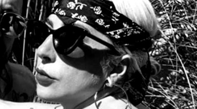 Tα δύο νέα τατουάζ της Lady Gaga - Ποζάρει τόπλες και τα αποκαλύπτει