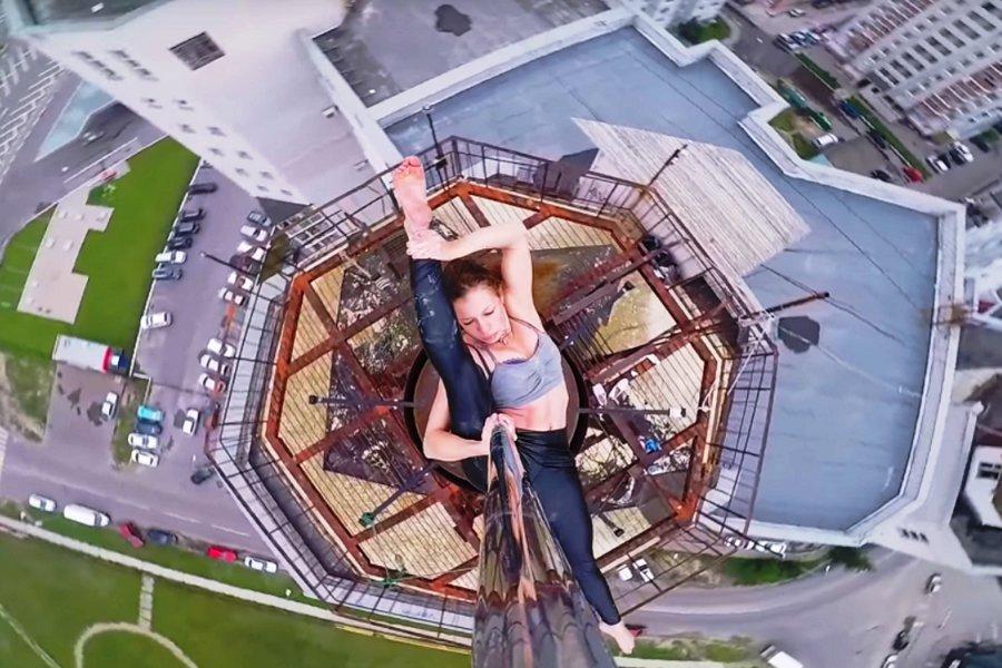 Ρωσίδα χορεύτρια κόβει την ανάσα - Κάνει pole dancing σε... αλεξικέραυνο