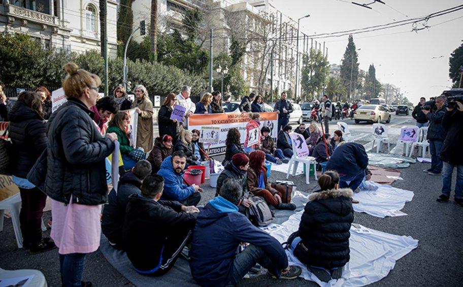 Καθιστική διαμαρτυρία στη Βουλή από καθαρίστριες του Δρομοκαΐτειου