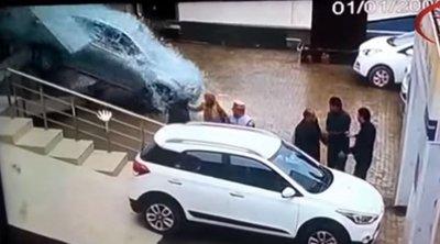 Απίστευτο βίντεο: Πήγε να αγοράσει αυτοκίνητο και... διέλυσε την έκθεση