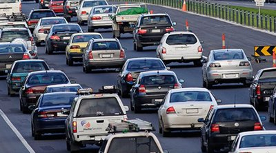 «Αδειάζει» η Αθήνα - Ουρές χιλιομέτρων στις εθνικές οδούς