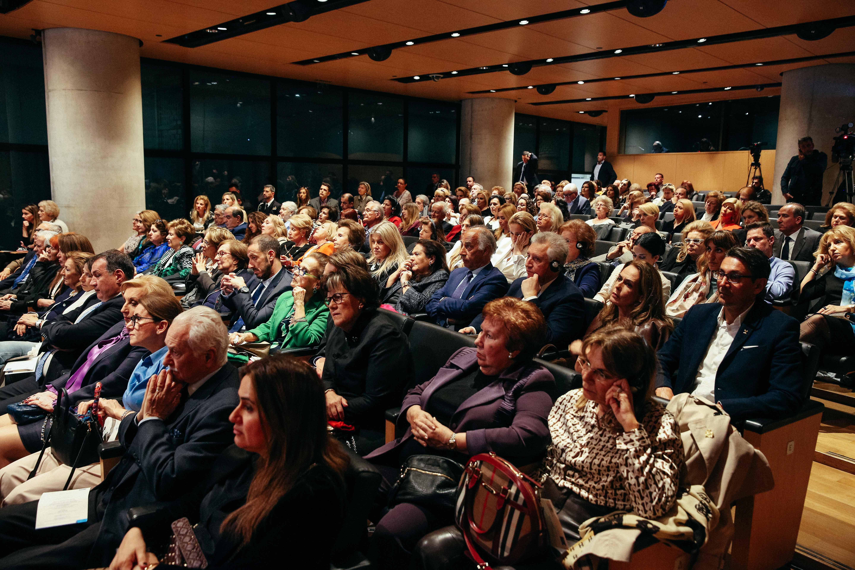 Το κατάμεστο από κόσμο Αμφιθέατρο του Μουσείου της Ακρόπολης