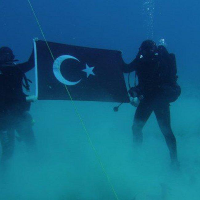Κομάντος φωτογραφίζονται με την τουρκική σημαία στον βυθό της Σούδας
