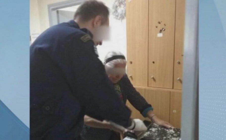 Η αστυνομία «πάγωσε» το πρόστιμο 200 ευρώ στην 90χρονη που συνελήφθη γιατί πουλούσε πλεκτές παντόφλες