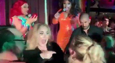 Τα έδωσαν όλα Αντέλ και Τζένιφερ Λόρενς - Ήπιαν και χόρεψαν σε μπαρ της Νέας Υόρκης