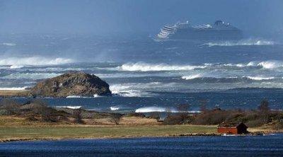 Ώρες αγωνίας για 1.300 επιβάτες κρουαζιερόπλοιου στη Νορβηγία - Απομακρύνονται με ελικόπτερα