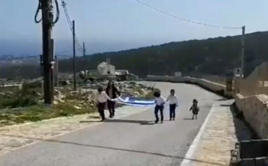 Παρέλαση στη Γαύδο: Μία τεράστια ελληνική σημαία και τρεις μαθητές