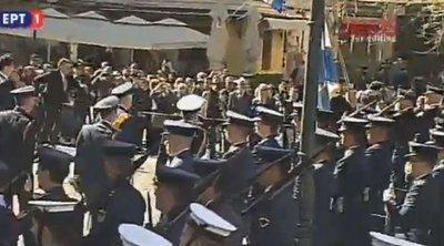 Άνδρας προσπάθησε να... σπάσει τον κλοιό ασφαλείας στη Μητρόπολη Αθηνών - Απομακρύνθηκε από την Αστυνομία