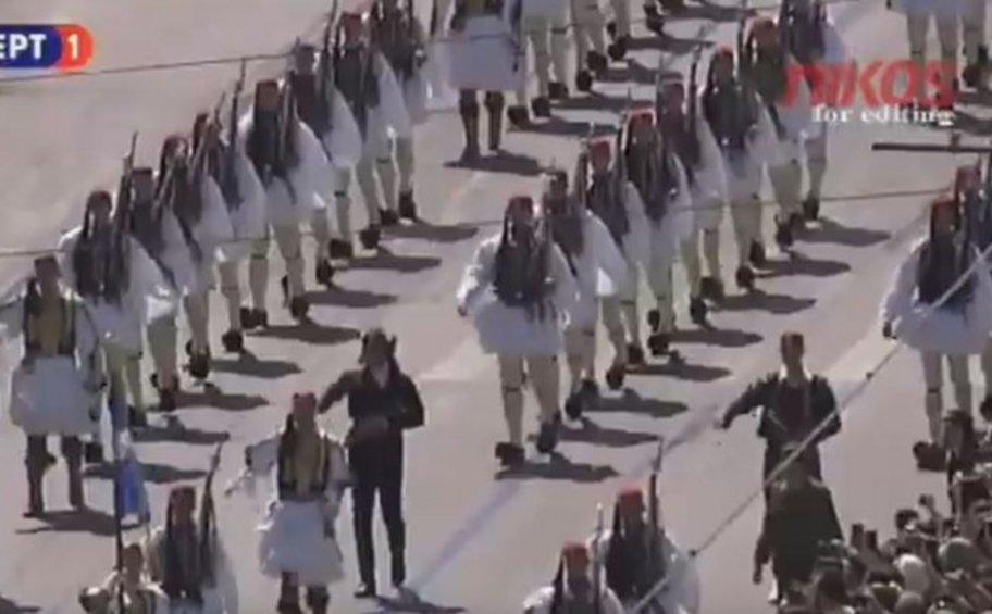 Η μπάντα των Ενόπλων Δυνάμεων έπαιξε το «Μακεδονία Ξακουστή» όταν παρέλασε η Προεδρική Φρουρά