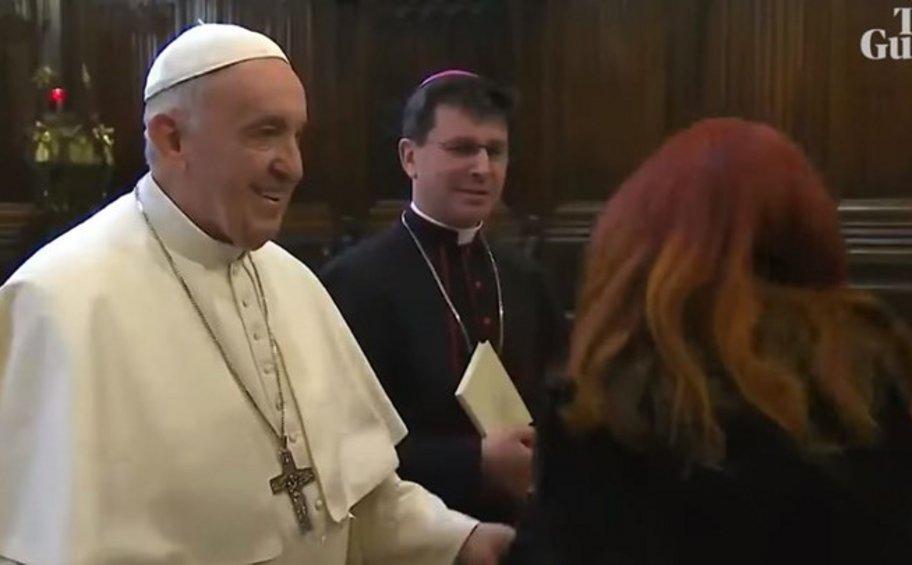 Βίντεο με τον Πάπα Φραγκίσκο έγινε viral: Προσπαθεί να αποφύγει χειροφιλήματα