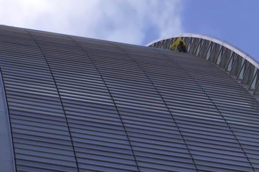 O Γάλλος... Spiderman ξαναχτύπησε: Σκαρφάλωσε σε ουρανοξύστη για καλό σκοπό