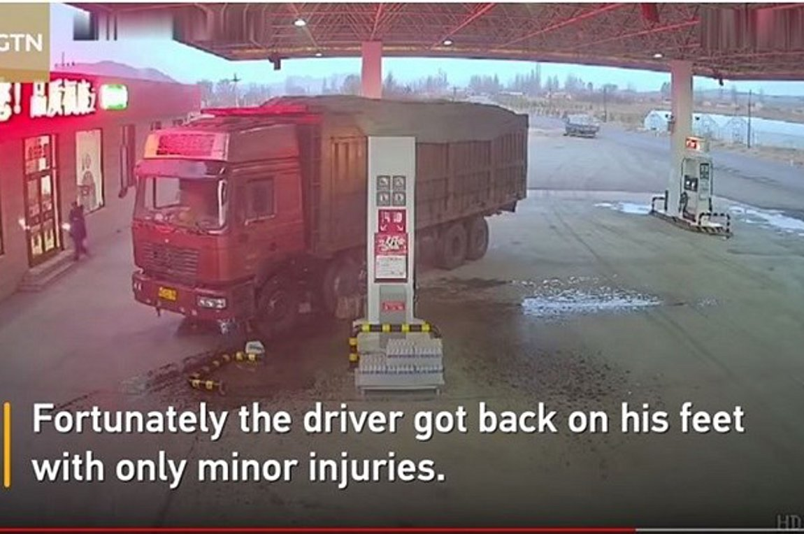 Τρομακτικό βίντεο: Οδηγός προσπαθεί να σταματήσει φορτηγό με το σώμα του