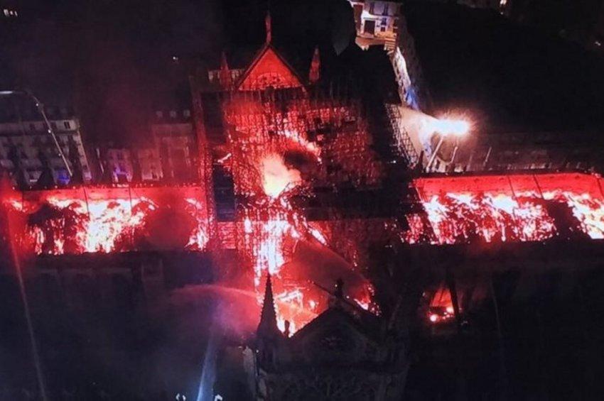 Συγκλονιστικές εικόνες της φλεγόμενης Παναγίας των Παρισίων από drone