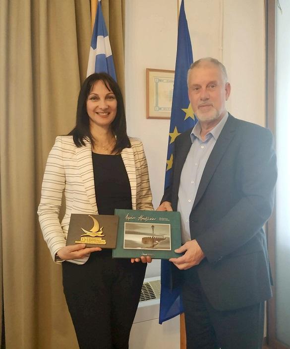 Η Υπουργός Τουρισμού, κα Έλενα Κουντουρά, με τον Πρόεδρο και διευθύνοντα σύμβουλο του Οργανισμού Λιμένος Ηρακλείου (ΟΛΗ), κ. Απόλλωνα Φιλιππή, στα γραφεία διοίκησης του ΟΛΗ