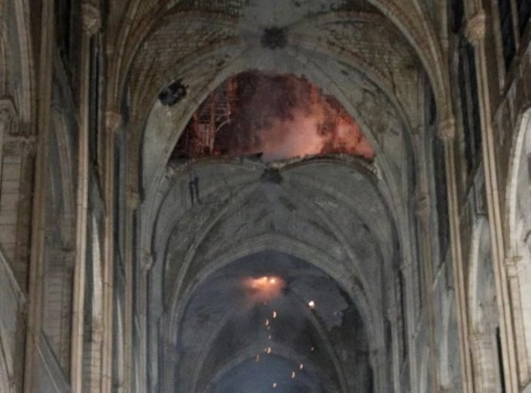 Aποκαΐδια εννέα αιώνες ιστορίας: Εικόνες από το εσωτερικό της Παναγίας των Παρισίων