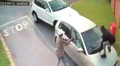 Στιγμές τρόμου για τουρίστρια στη Νότια Αφρική: Την πυροβόλησαν για να της πάρουν το αυτοκίνητο