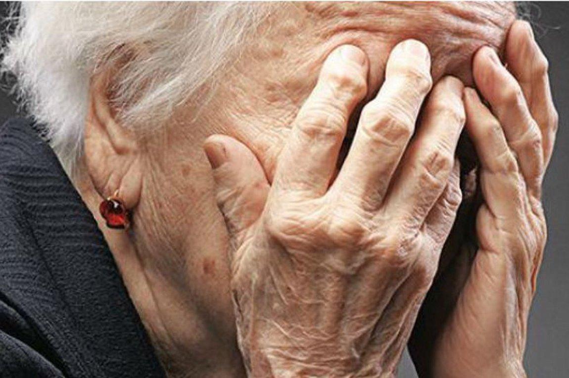 Νύχτα τρόμου για ηλικιωμένη: Κουκουλοφόροι εισέβαλαν σπίτι της με μαχαίρι και τη λήστεψαν