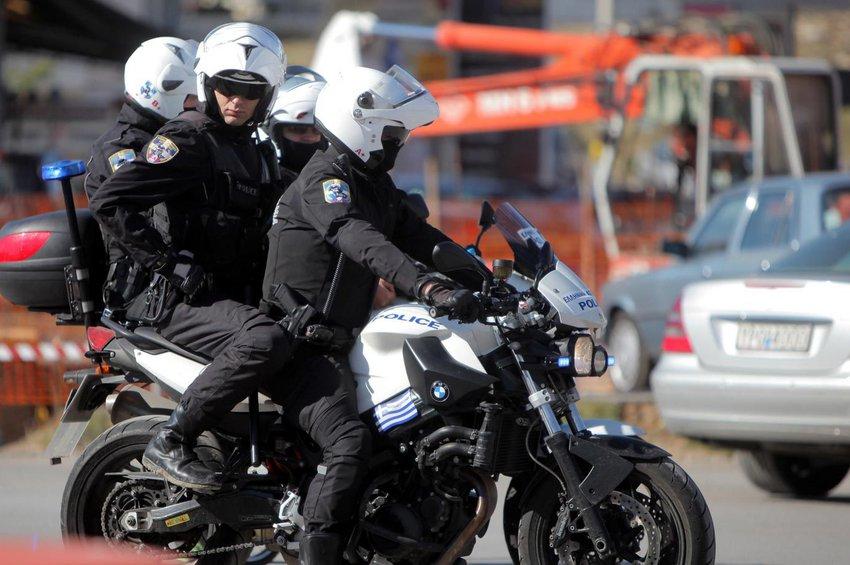 Επίθεση δέχθηκαν αστυνομικοί της Ομάδας ΔΙΑΣ στη Βούλα - Τέσσερις τραυματίες