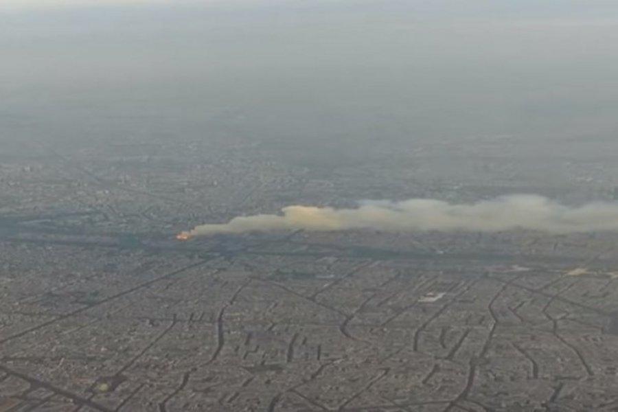 Συγκλονιστικές εικόνες: Επιβάτης αεροπλάνου κατέγραψε τη φωτιά στη Notre Dame κατά τη διάρκεια πτήσης
