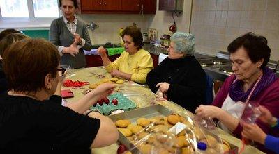Εθελόντριες του συσσιτίου Ευαγγελίστριας Ναυπλίου έβαψαν κόκκινα αυγά και έφτιαξαν κουλουράκια για τους απόρους