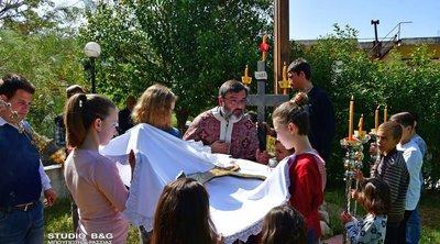 Μικρά παιδιά έκαναν την αποκαθήλωση στο Ναύπλιο