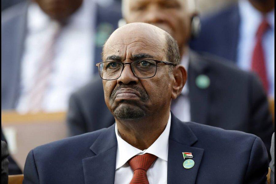Δείτε τα «τούβλα» από χρήματα που βρέθηκαν στο σπίτι του έκπτωτου προέδρου του Σουδάν