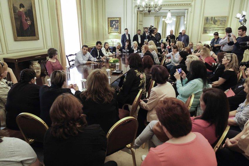 Συνάντηση Τσίπρα με καθαρίστριες: Αύξηση 10%, ένταξη στα βαρέα και διετείς συμβάσεις