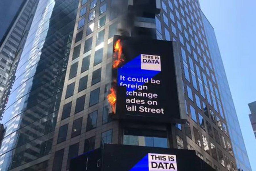 Πυρκαγιά σε διαφημιστική γιγαντοοθόνη στην Times Square