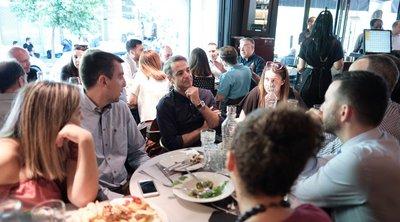 «Τώρα μιλάει ο λαός, όχι εμείς» είπε ο Μητσοτάκης σε χαλαρή συνάντηση με δημοσιογράφους