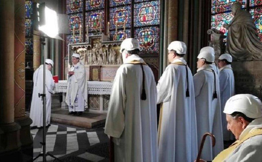 Η πρώτη λειτουργία στην Παναγία των Παρισίων μετά την καταστροφική πυρκαγιά - Φορούσαν προστατευτικά κράνη