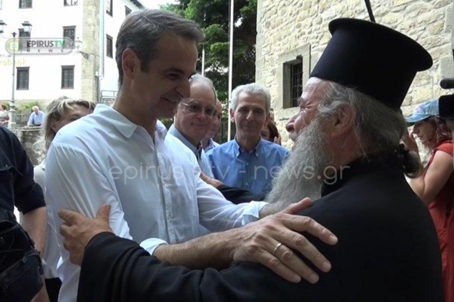 Ιερέας σε Μητσοτάκη: 30 χρόνια μετά τον πατέρα σου... υποδέχομαι εσένα