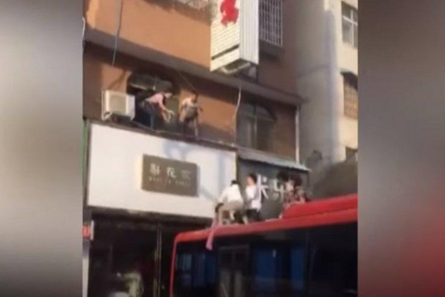Συγκλονιστικό βίντεο: Οδηγός λεωφορείου σώζει εγκλωβισμένους σε φλεγόμενο κτίριο