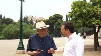 Χαλαρή συνάντηση του Αλέξη Τσίπρα με τον επικεφαλής του Επικρατείας Βασίλη Βασιλικό στην Αίγλη του Ζαππείου