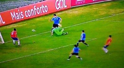 Επικό σκηνικό στο Copa America – Ο Λουίς Σουάρες διαμαρτυρήθηκε για χέρι του... τερματοφύλακα στην περιοχή