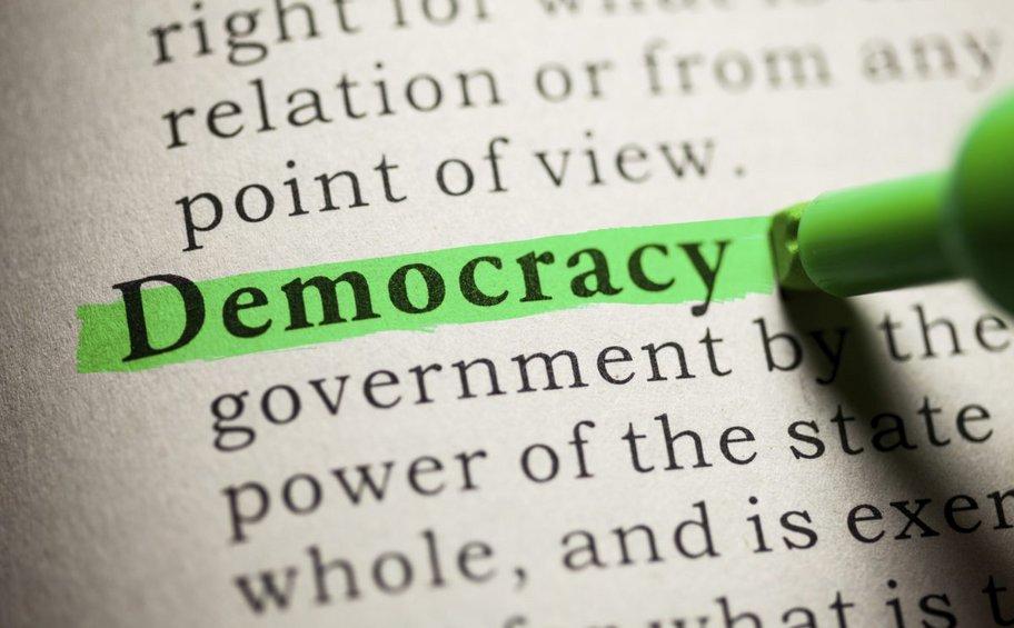 Έρευνα: Ο μισός πληθυσμός της Γης πιστεύει ότι η χώρα που ζει δεν είναι δημοκρατική - Τα στοιχεία για την Ελλάδα