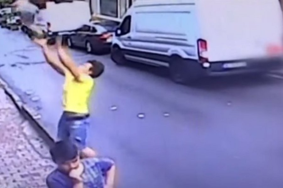 Συγκλονιστική διάσωση: 17χρονος έπιασε στον αέρα δίχρονη που έπεσε από τον δεύτερο όροφο