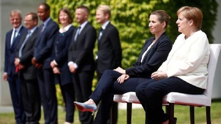 Το τρέμουλο ανάγκασε τη Μέρκελ να σπάσει το πρωτόκολλο - Υποδέχθηκε καθιστή τη Δανή πρωθυπουργό