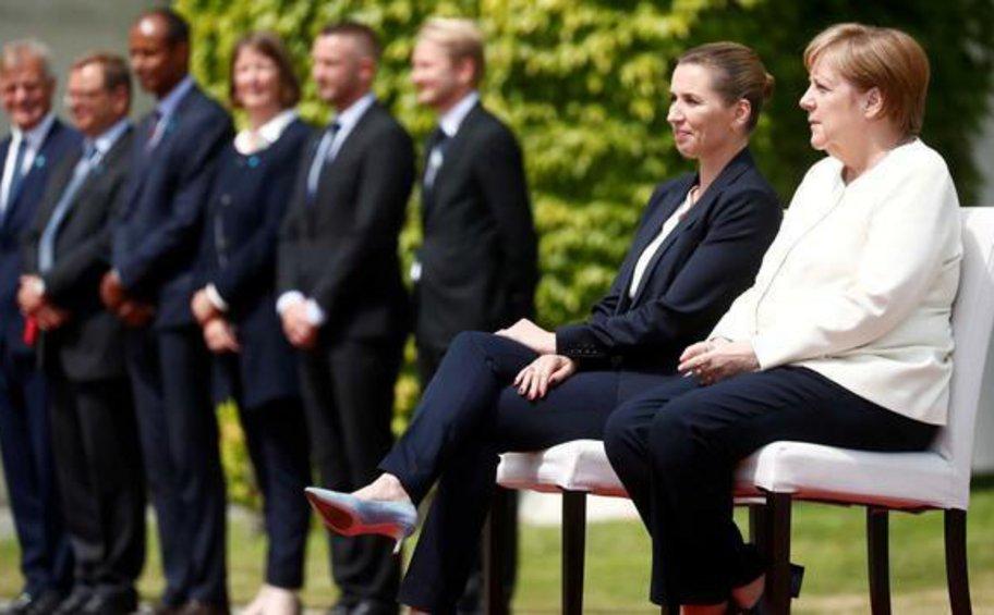 Καθιστή η Μέρκελ στην τελετή υποδοχής της πρωθυπουργού της Δανίας