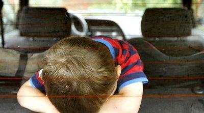 Αδιανόητο: Κλείδωσε το 5χρονο παιδί της στο αυτοκίνητο και πήγε για δουλειά - Περαστικοί έσπασαν το παρμπρίζ για να το σώσουν