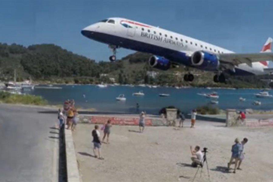 Σκιάθος: Αεροπλάνο πετά «ξυστά» πάνω από τα κεφάλια κόσμου