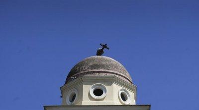 Επιχείρηση απομάκρυνσης του σταυρού που λύγισε σε εκκλησία στο Μοναστηράκι