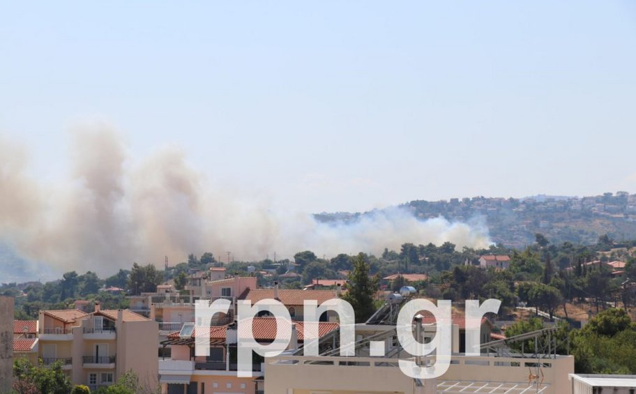 Σε εξέλιξη πυρκαγιές σε Ραφήνα και Βαρνάβα