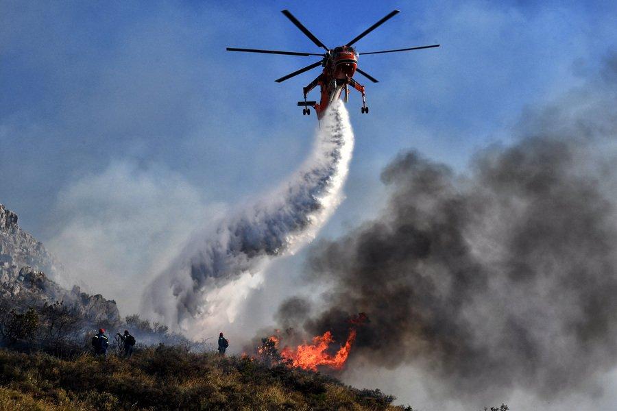Σε εξέλιξη φωτιά σε δύσβατη περιοχή στη Δυτική Μάνη